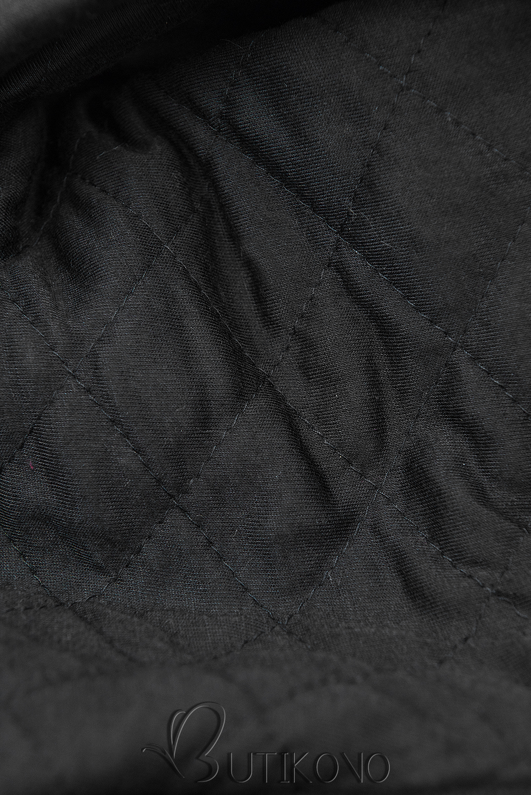 Čierna predĺžená mikina s prešívanou kapucňou
